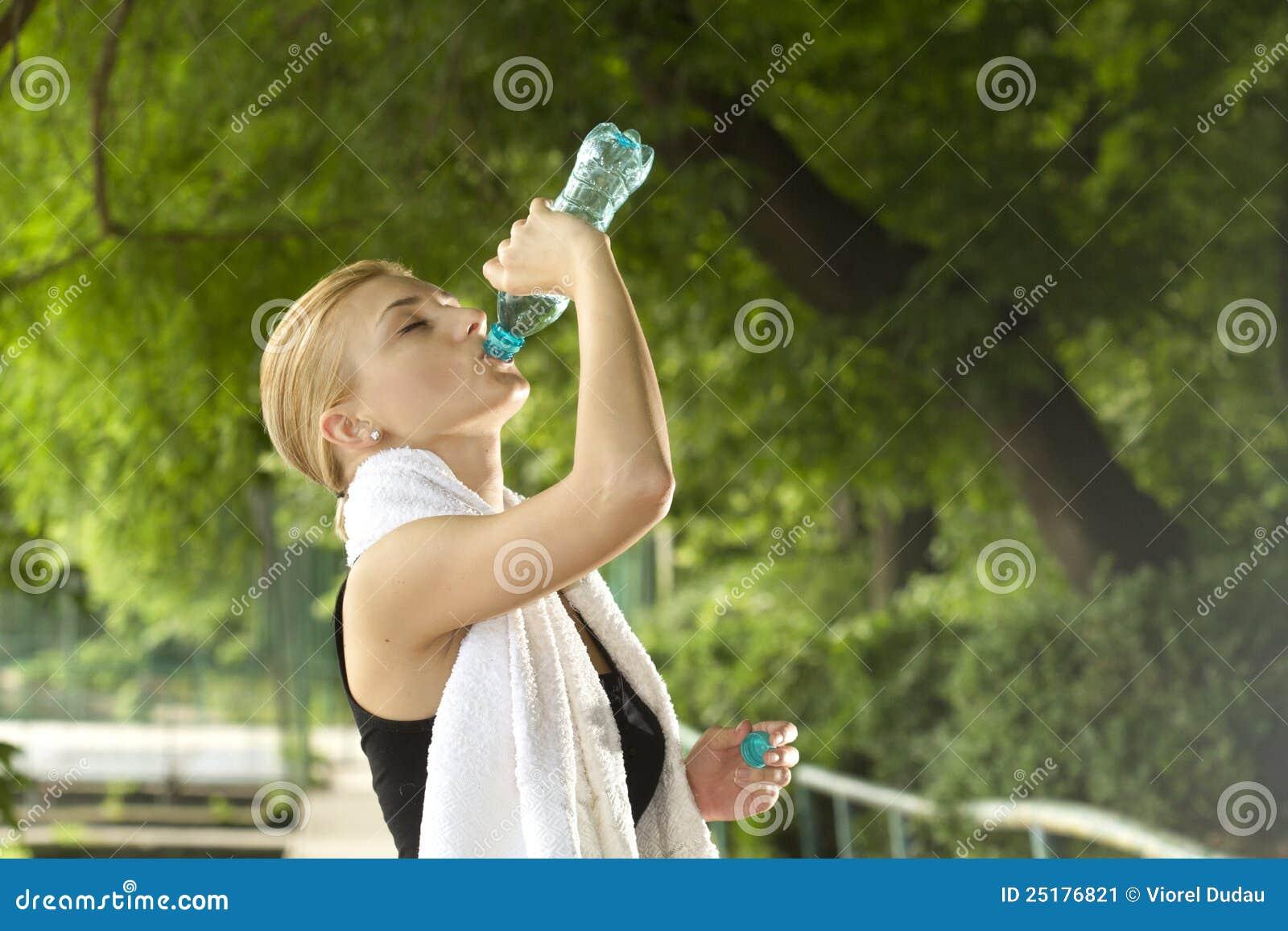 Água bebendo da mulher desportiva