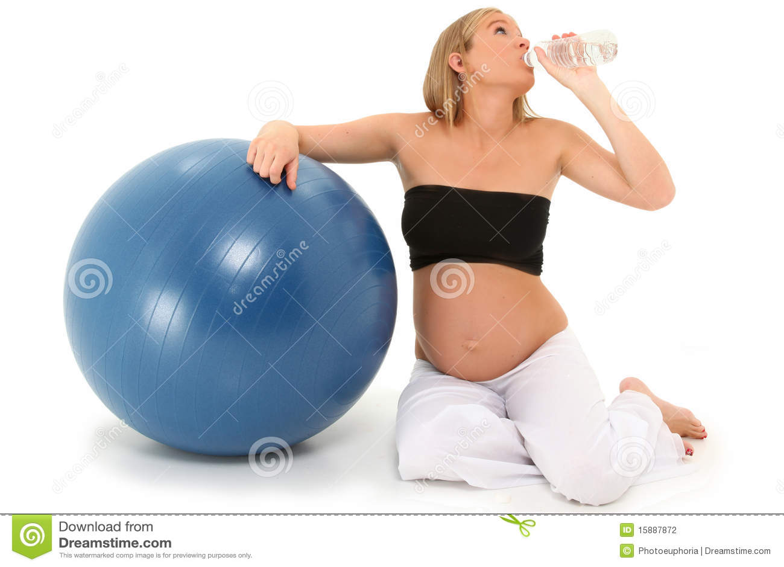 Água bebendo da mulher gravida bonita