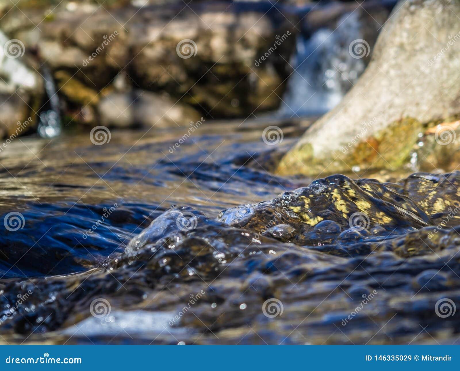 Água claro, angra pequena da montanha