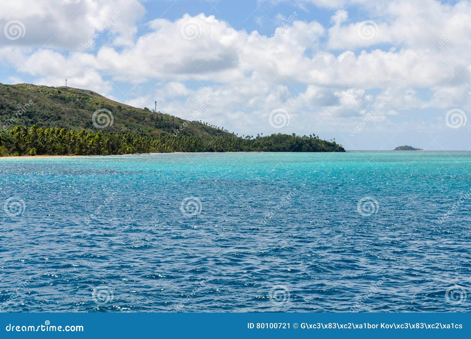 Água colorida perto da ilha de Nacula em Fiji