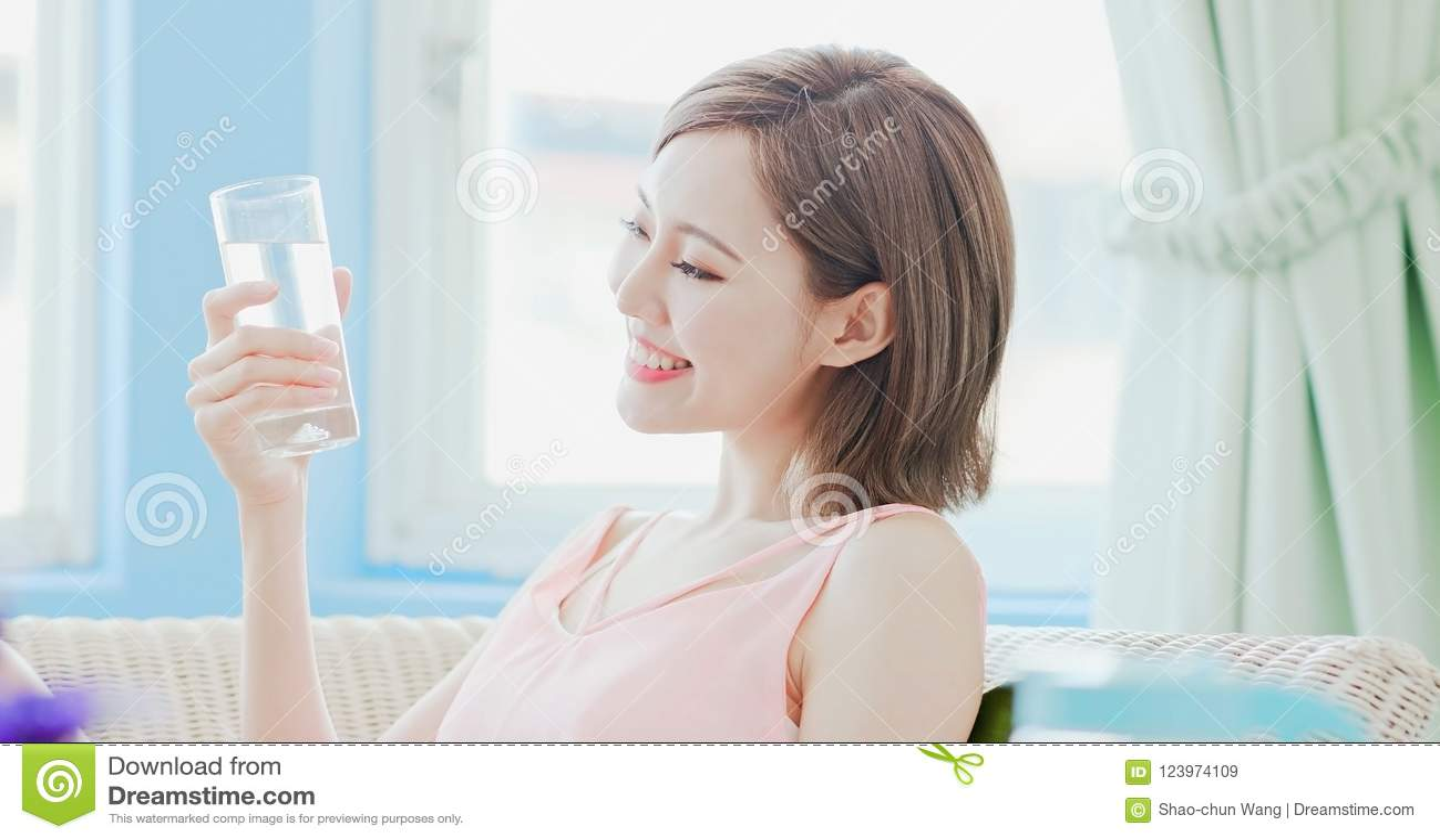 Água da bebida da mulher