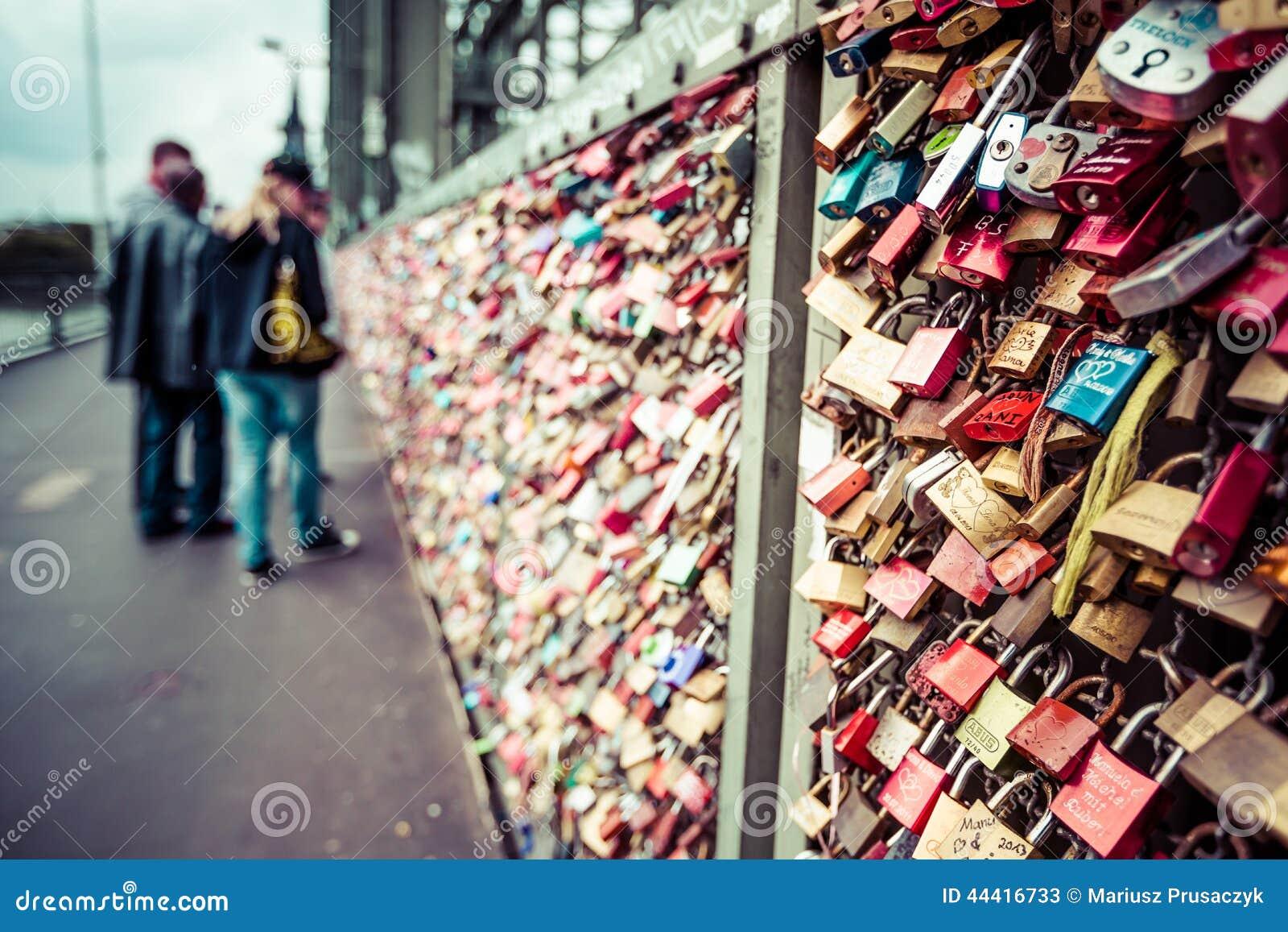 ÁGUA DE COLÔNIA, ALEMANHA - 26 de agosto de 2014, milhares de fechamentos do amor que os queridos travam à ponte de Hohenzollern
