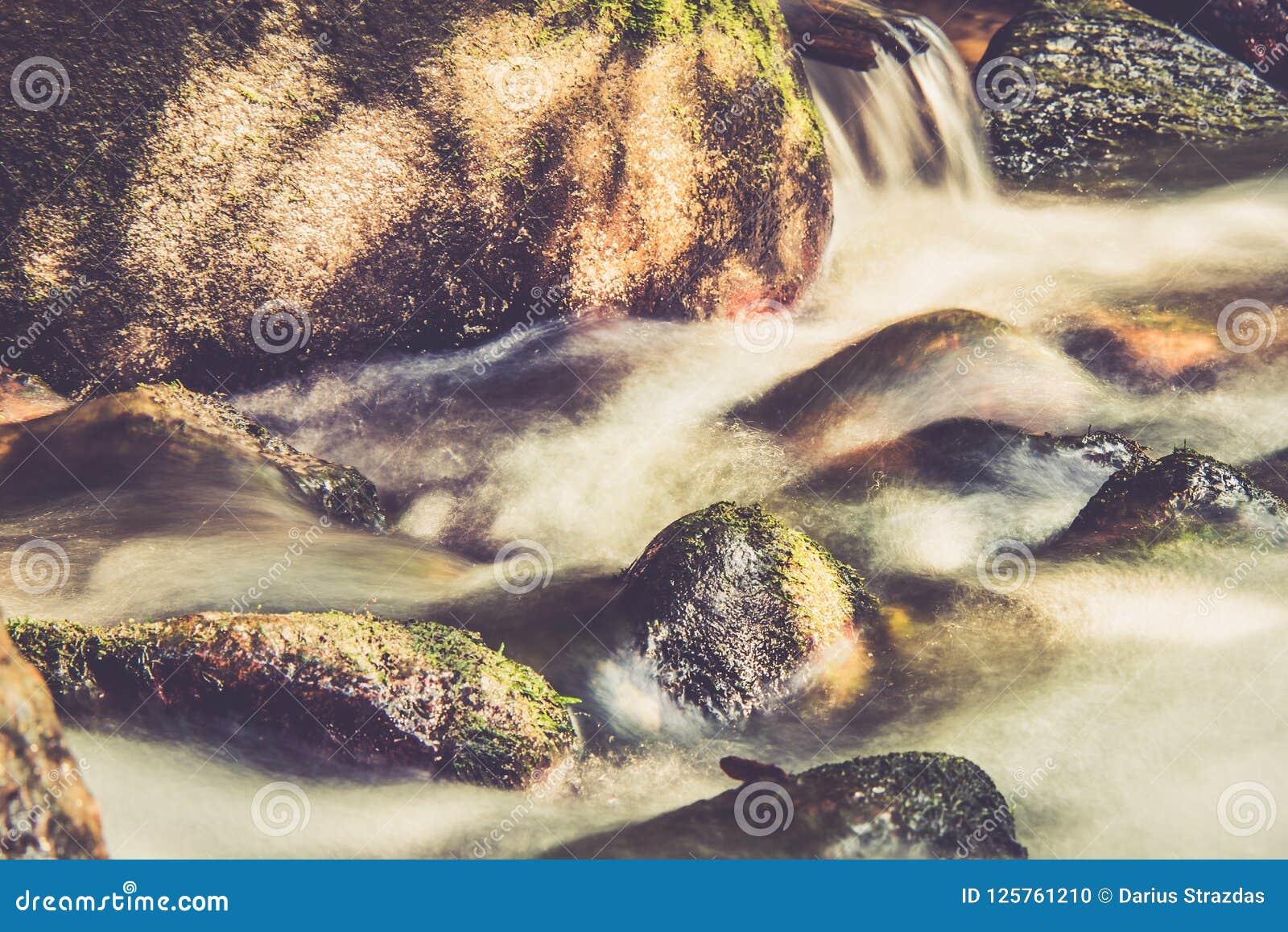 Água de fluxo, exposição longa