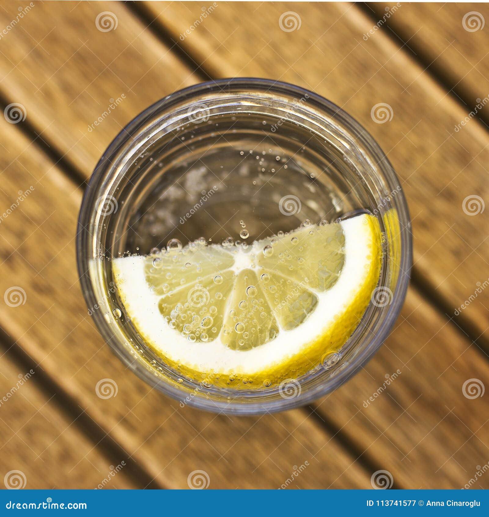 Água de soda carbonatada com limão em um vidro com bolhas em um Br