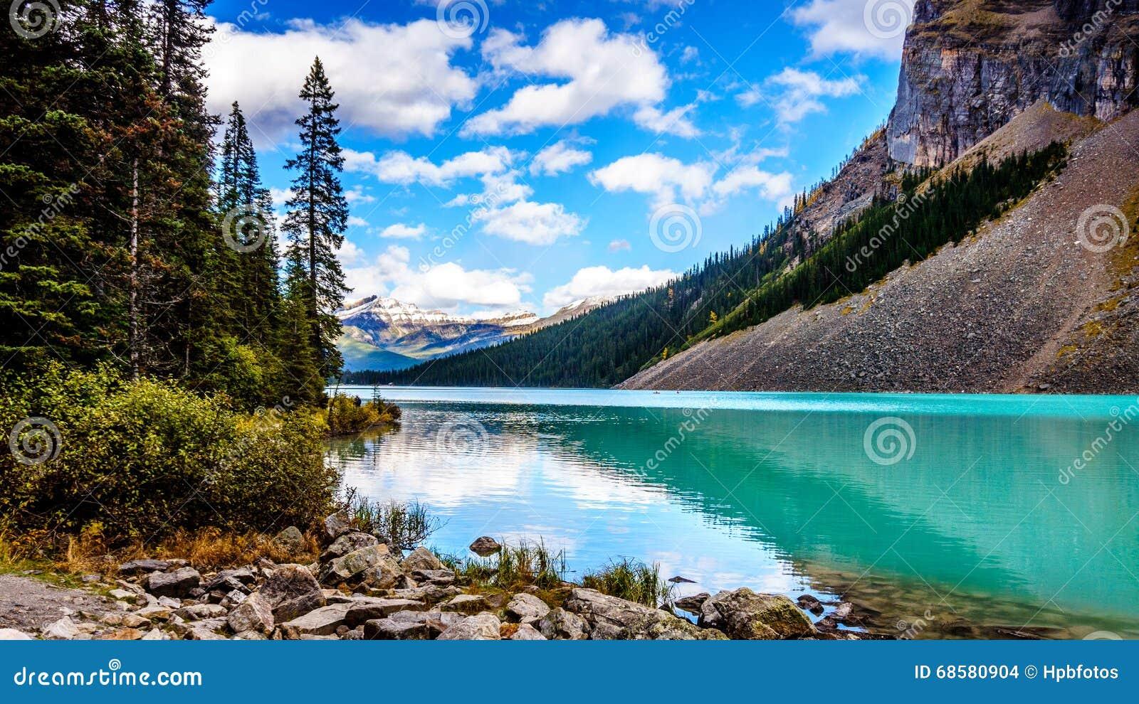 Água de turquesa de Lake Louise no parque nacional de Banff