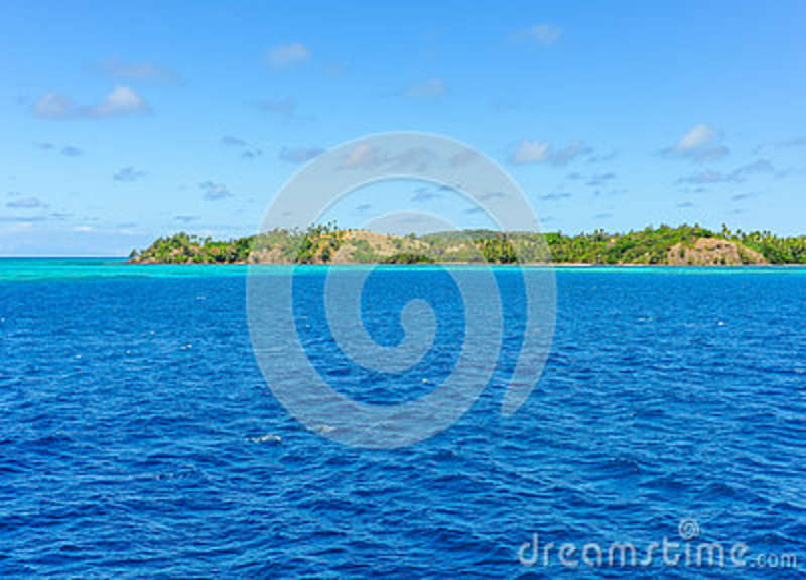 A água de turquesa perto da ilha de Nacula em Fiji
