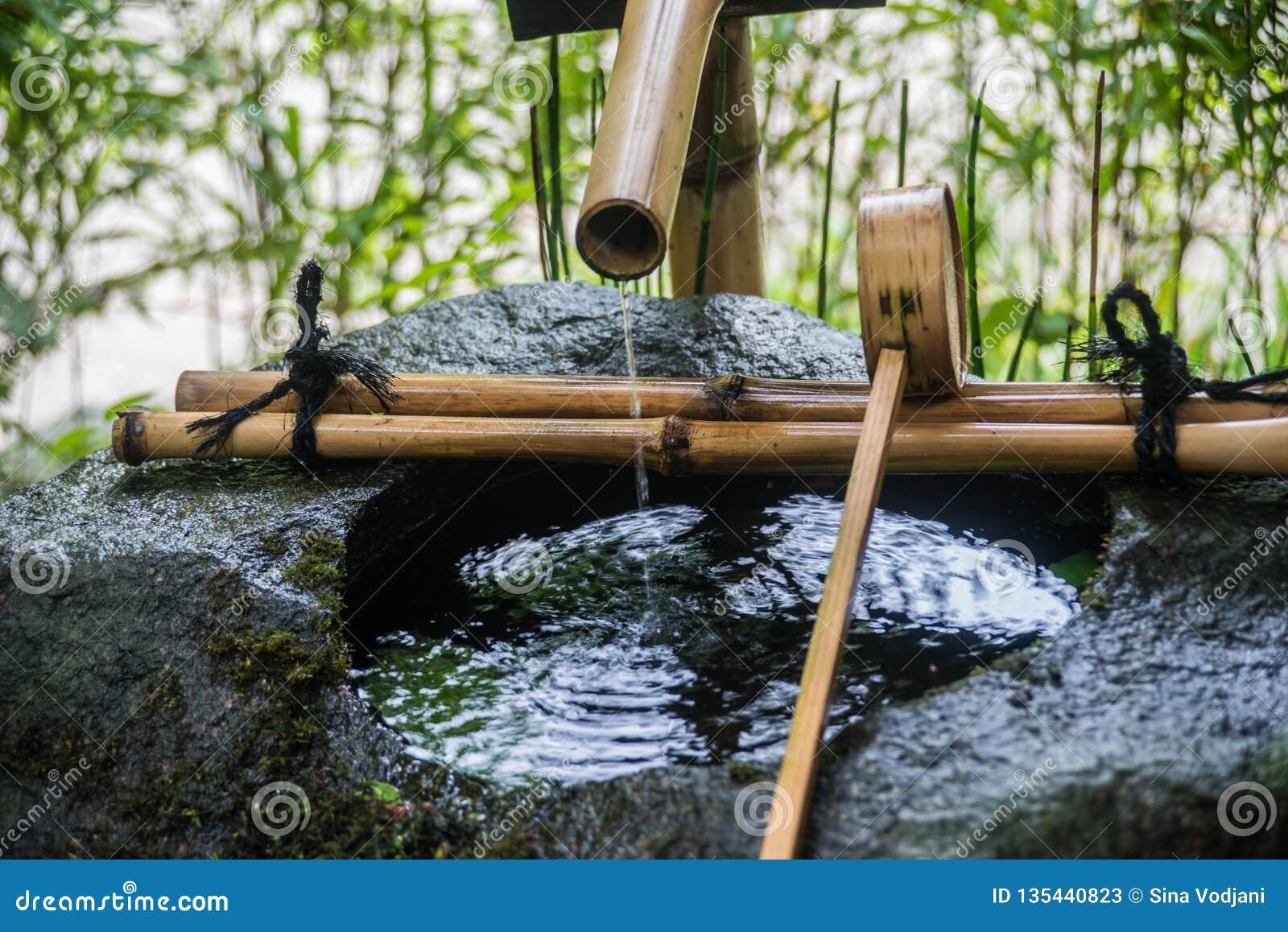 Água deixando cair da fonte do rito da purificação de Temizuya