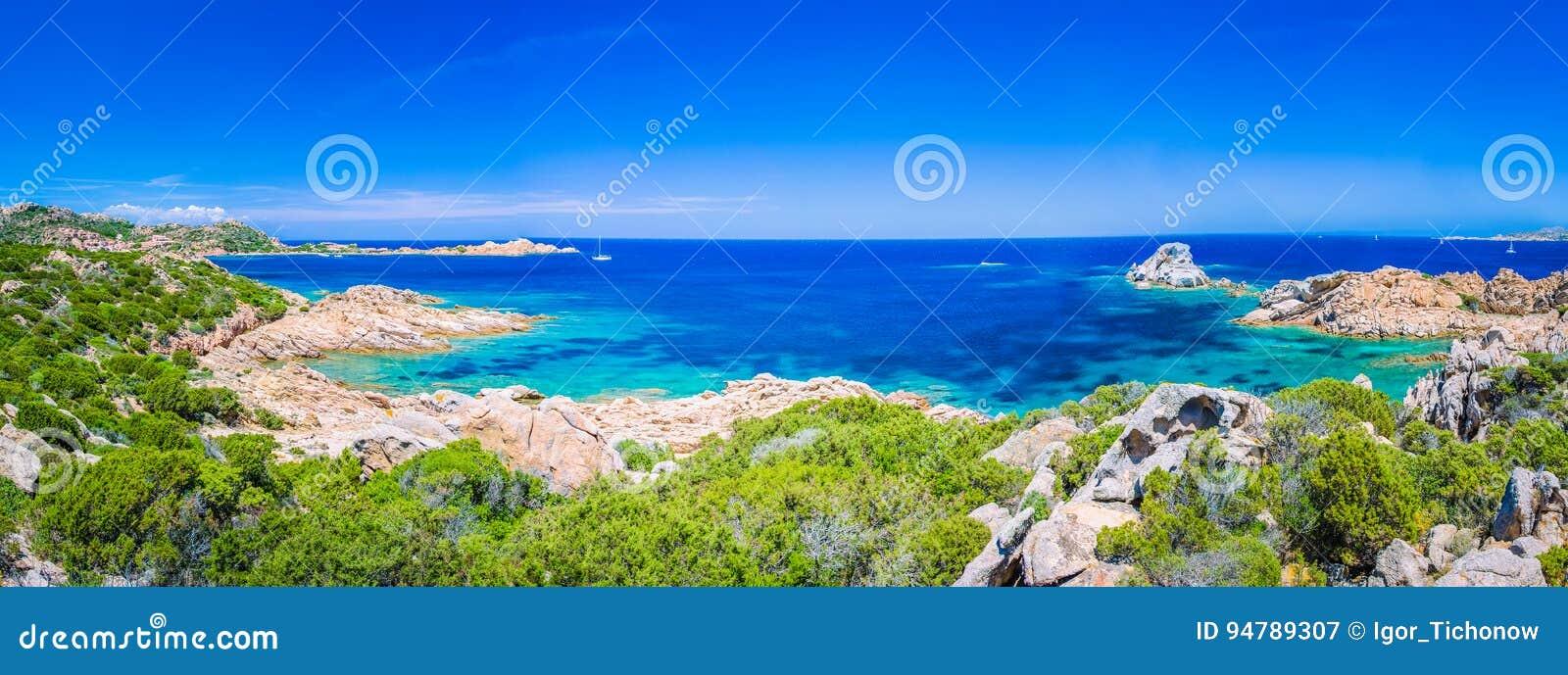 Água do mar clara pura dos azuis celestes e rochas surpreendentes na costa da ilha de Maddalena, Sardinia, Itália