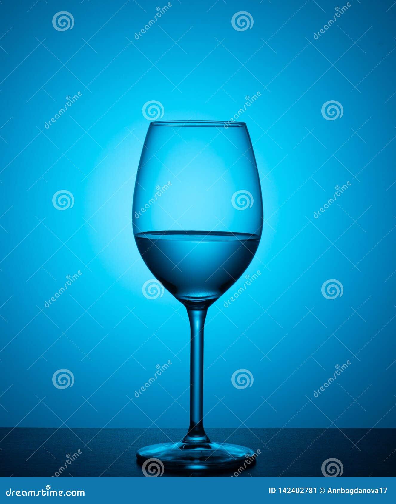 Água em um vidro em um fundo azul
