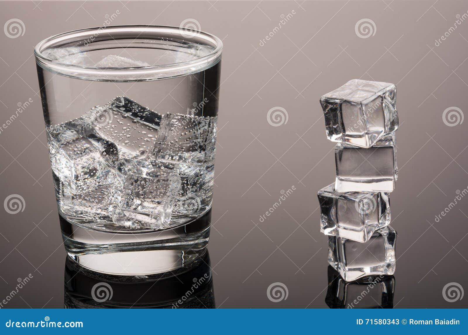 Água fria com gelo