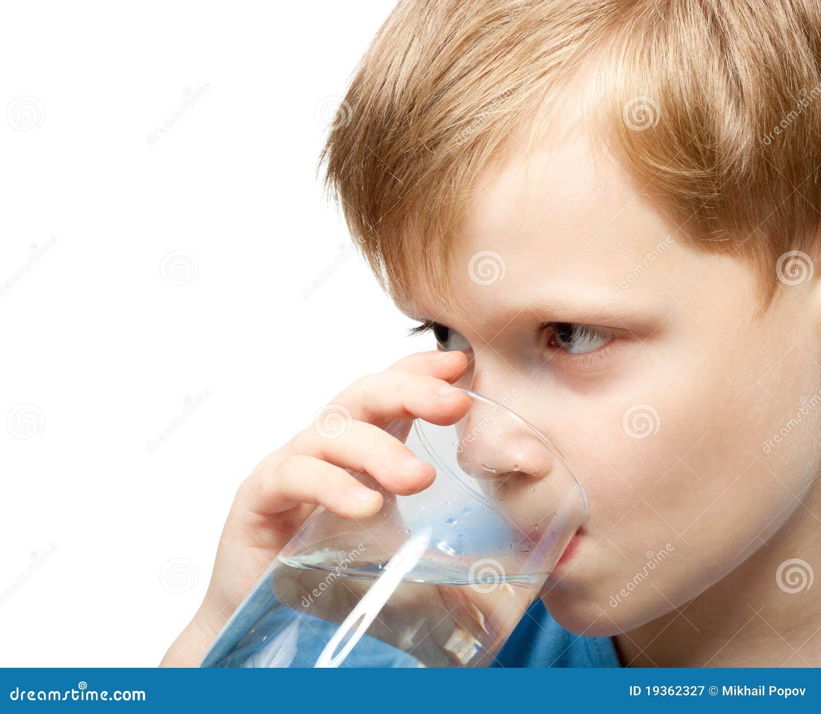 Água fria da bebida do rapaz pequeno