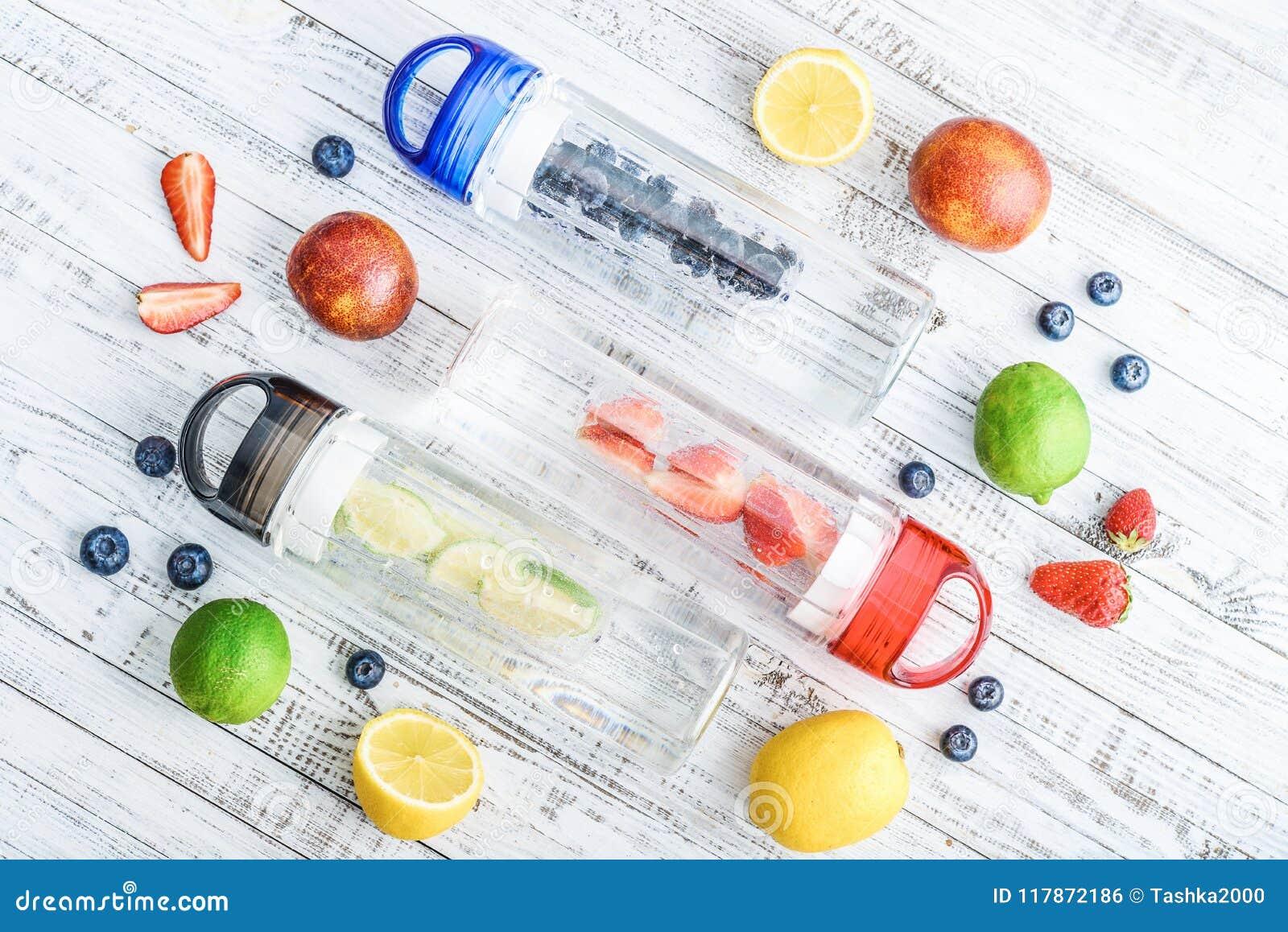 Água infundida da desintoxicação em umas garrafas