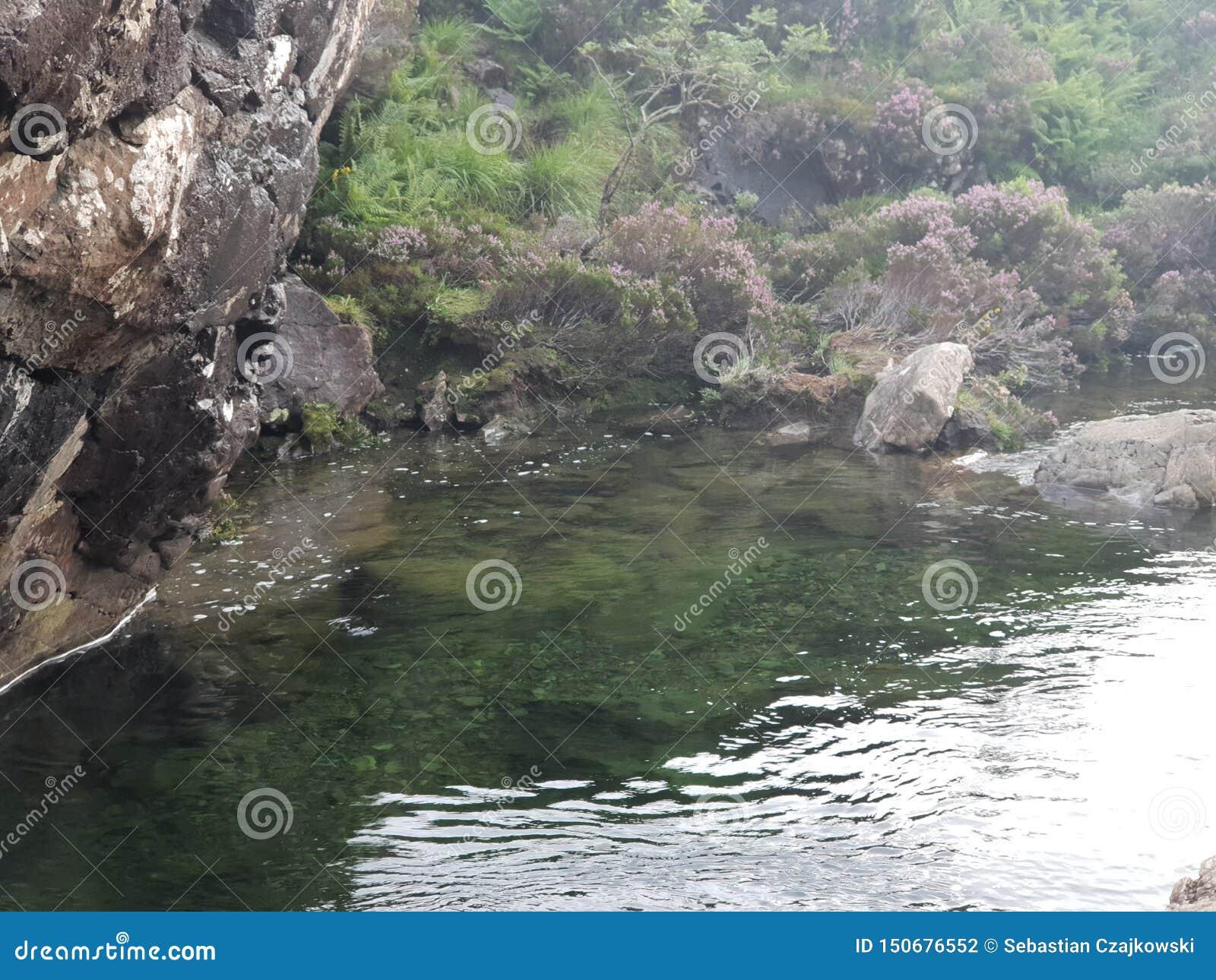 Água no lago de pedra