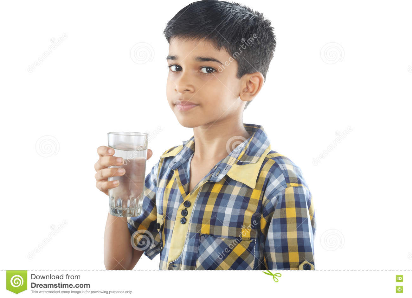Água potável indiana do menino