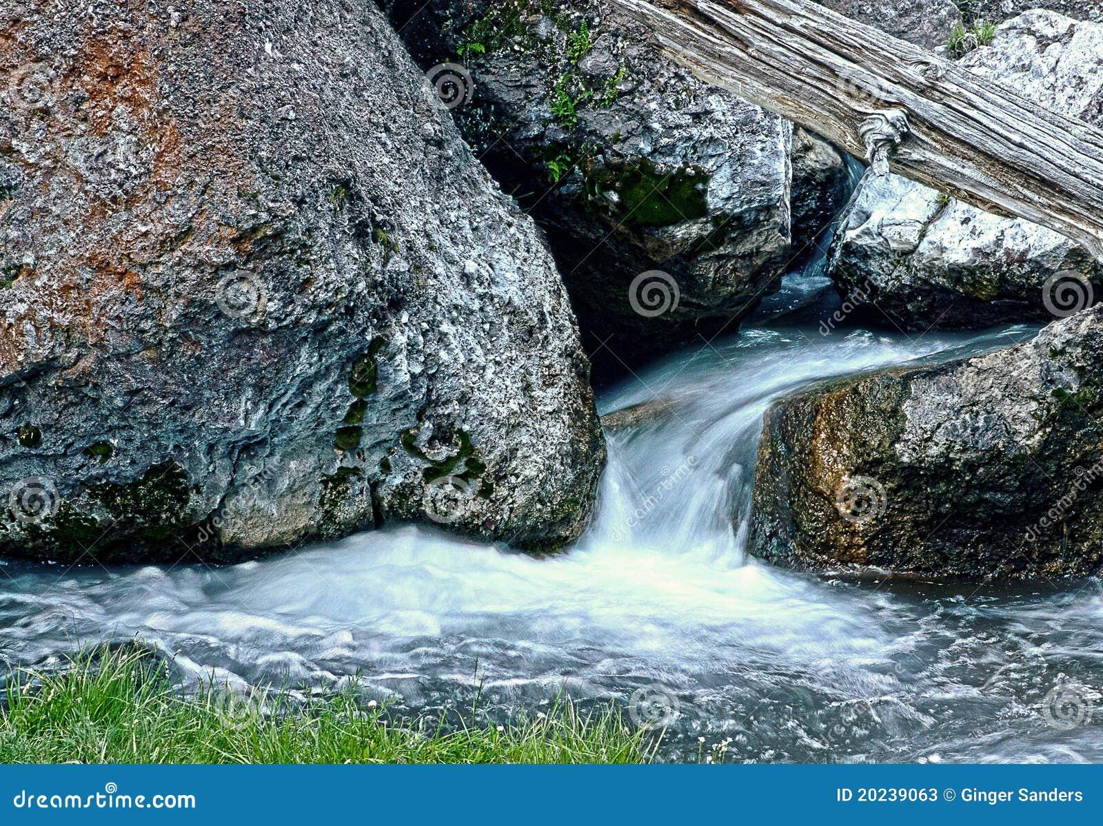 Água que corre através das grandes rochas HDR