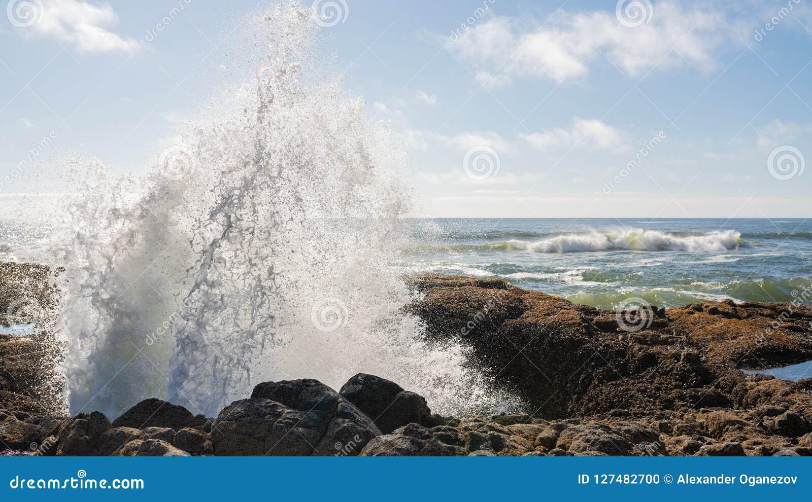 Água que entra em erupção fora do poço do ` s do Thor