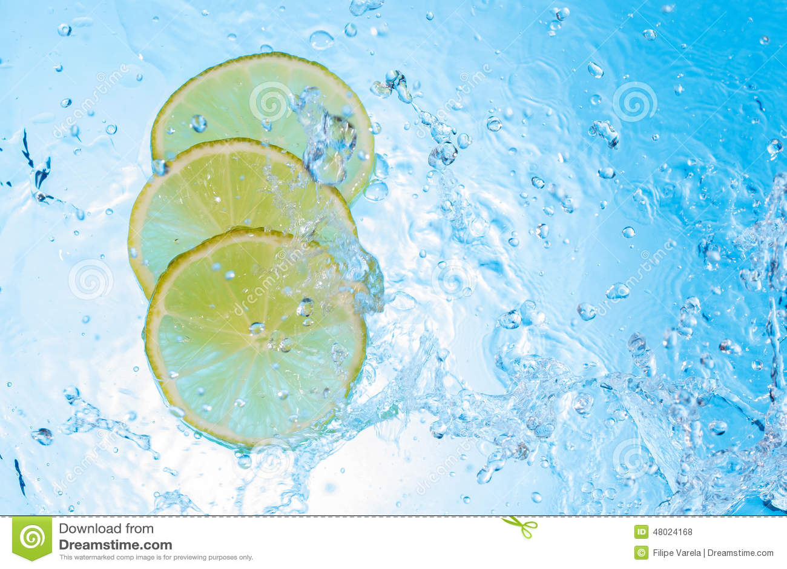 Água que está sendo derramada dentro algumas fatias do limão