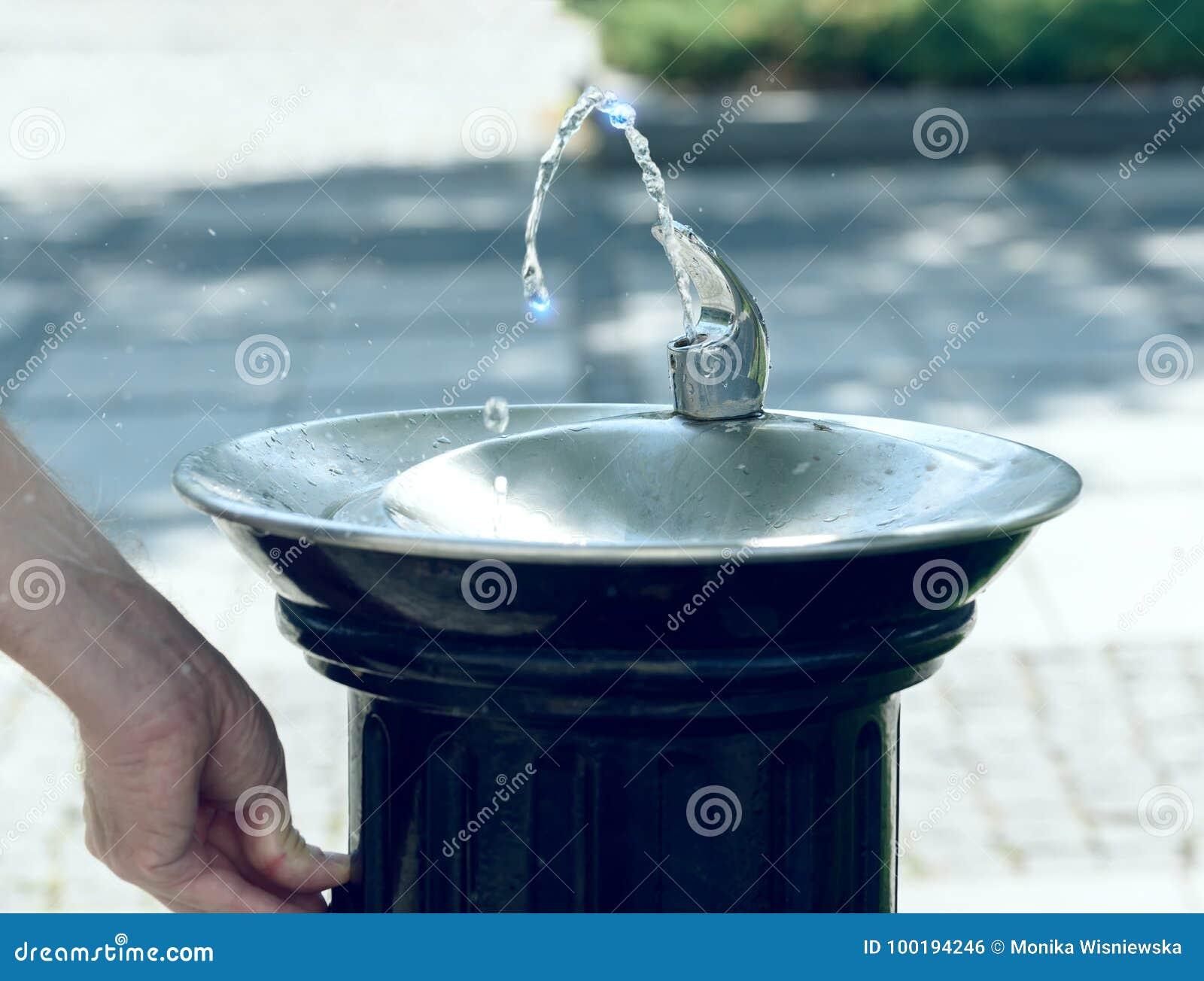 Água que flui de uma fonte