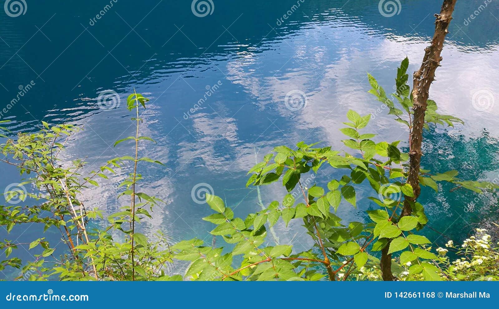 Água verde do lago em JIU ZAI GOU