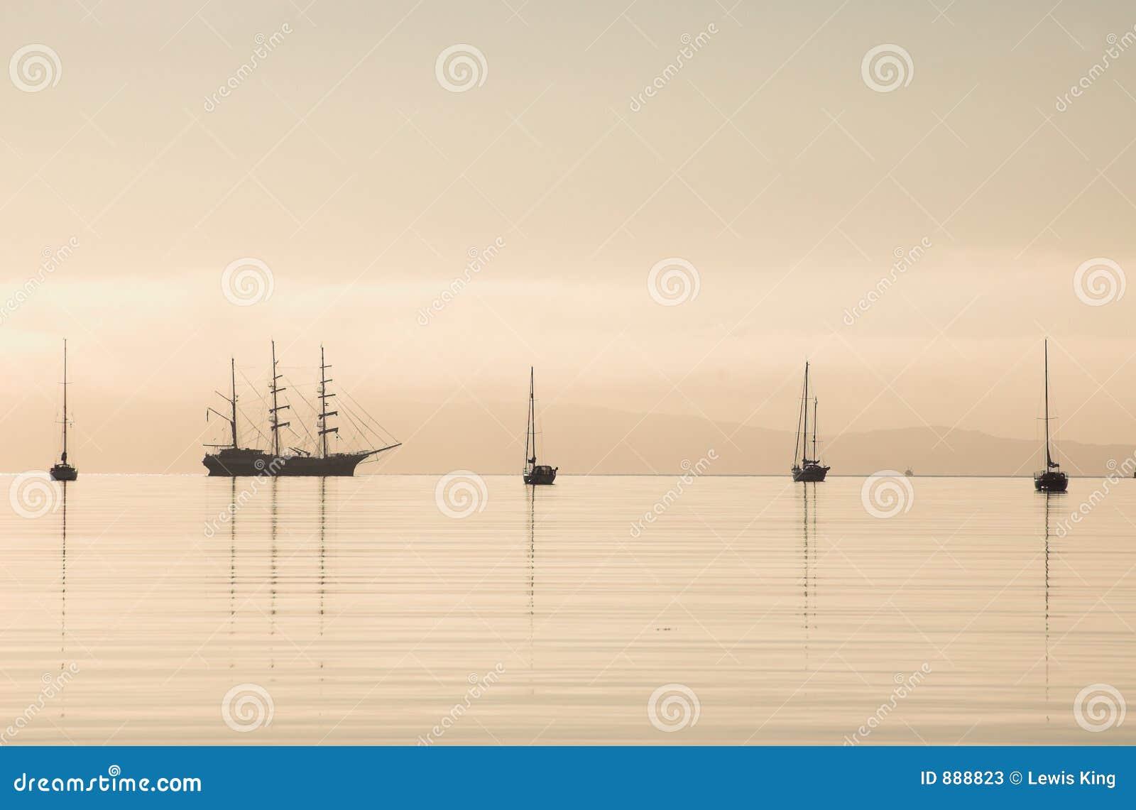 Águas altas da calma da silhueta do navio
