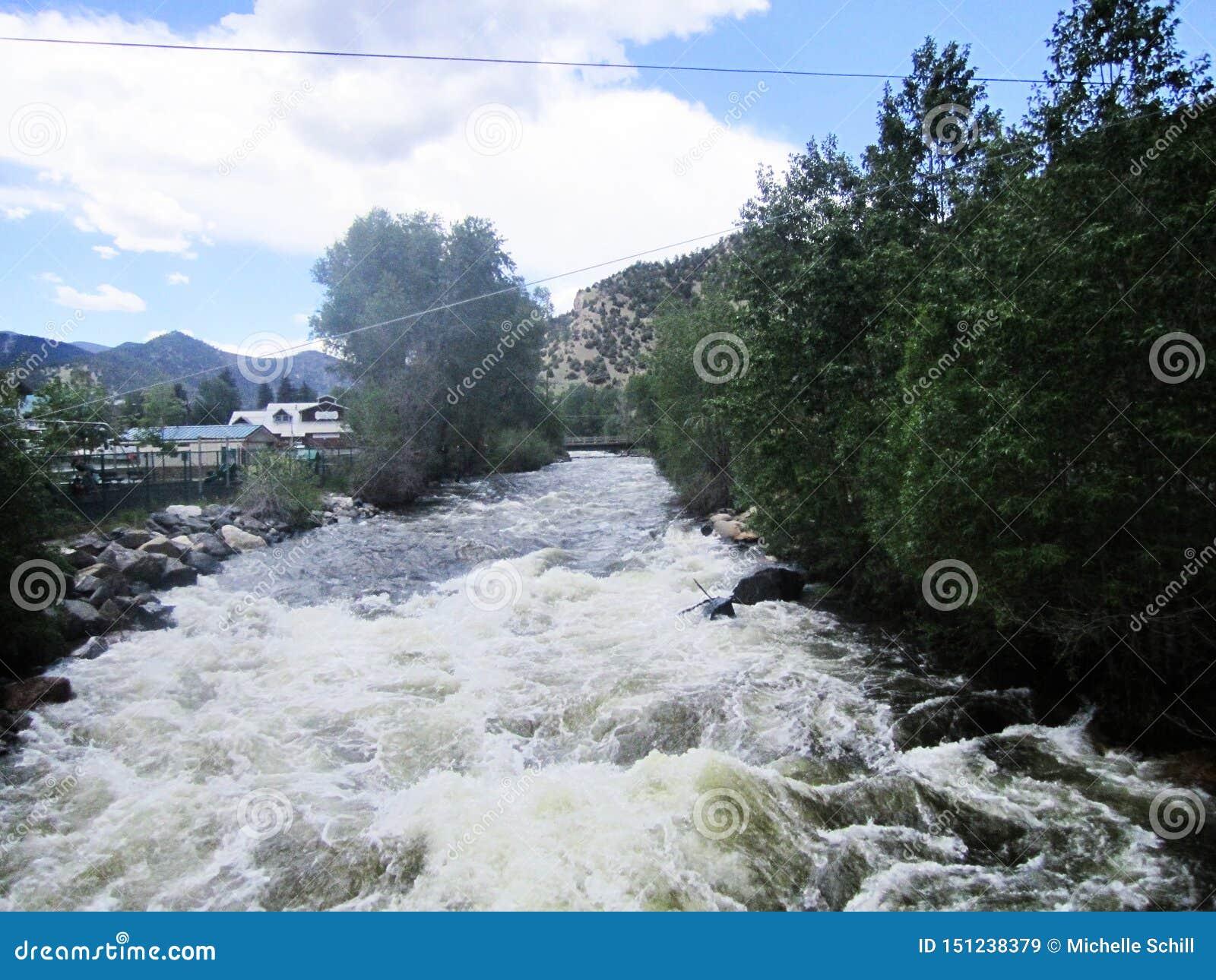 Águas brancas de pressa do rio nas molas de Idaho, Colorado das quedas