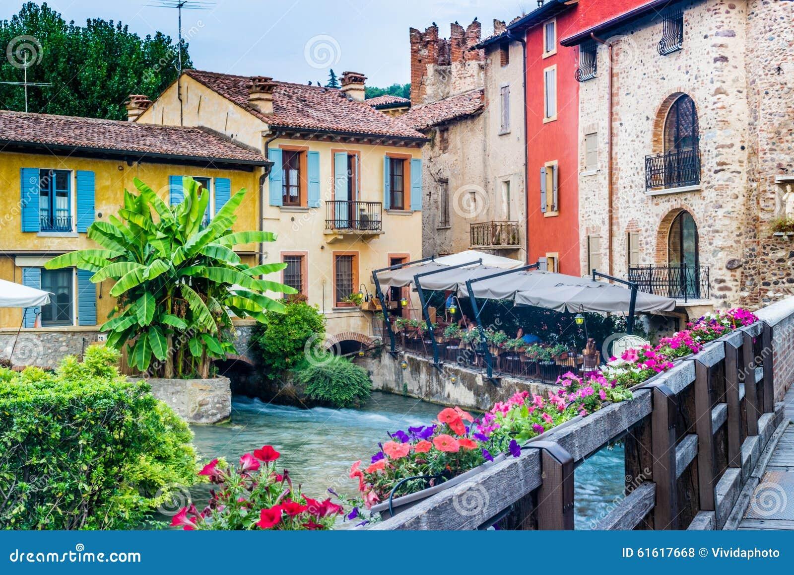 Águas e construções antigas da vila medieval italiana