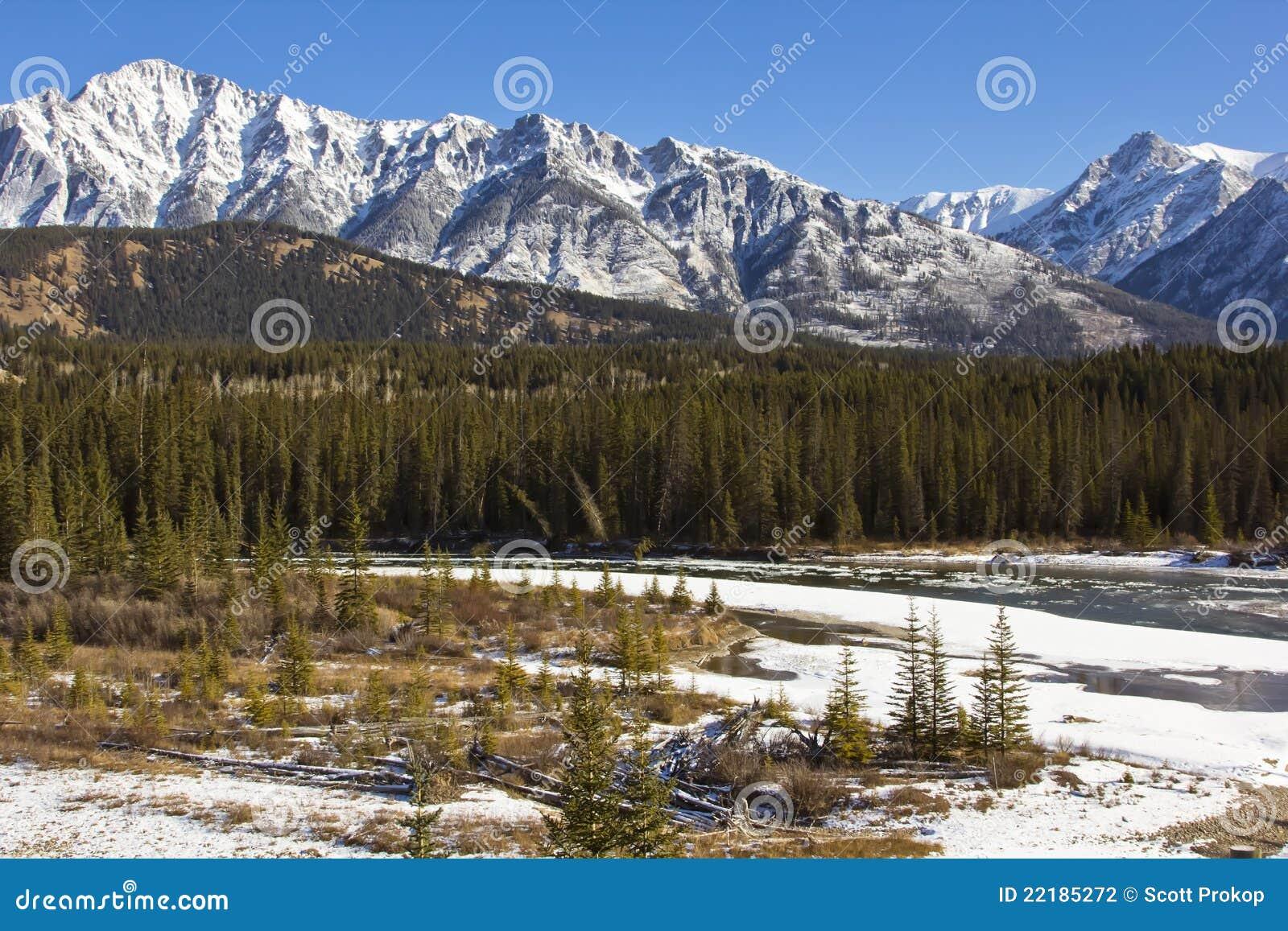 Águas geladas do rio da curva em Banff