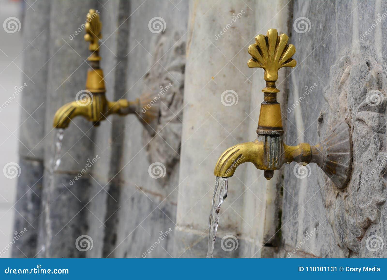Águas que fluem das torneiras do torneira