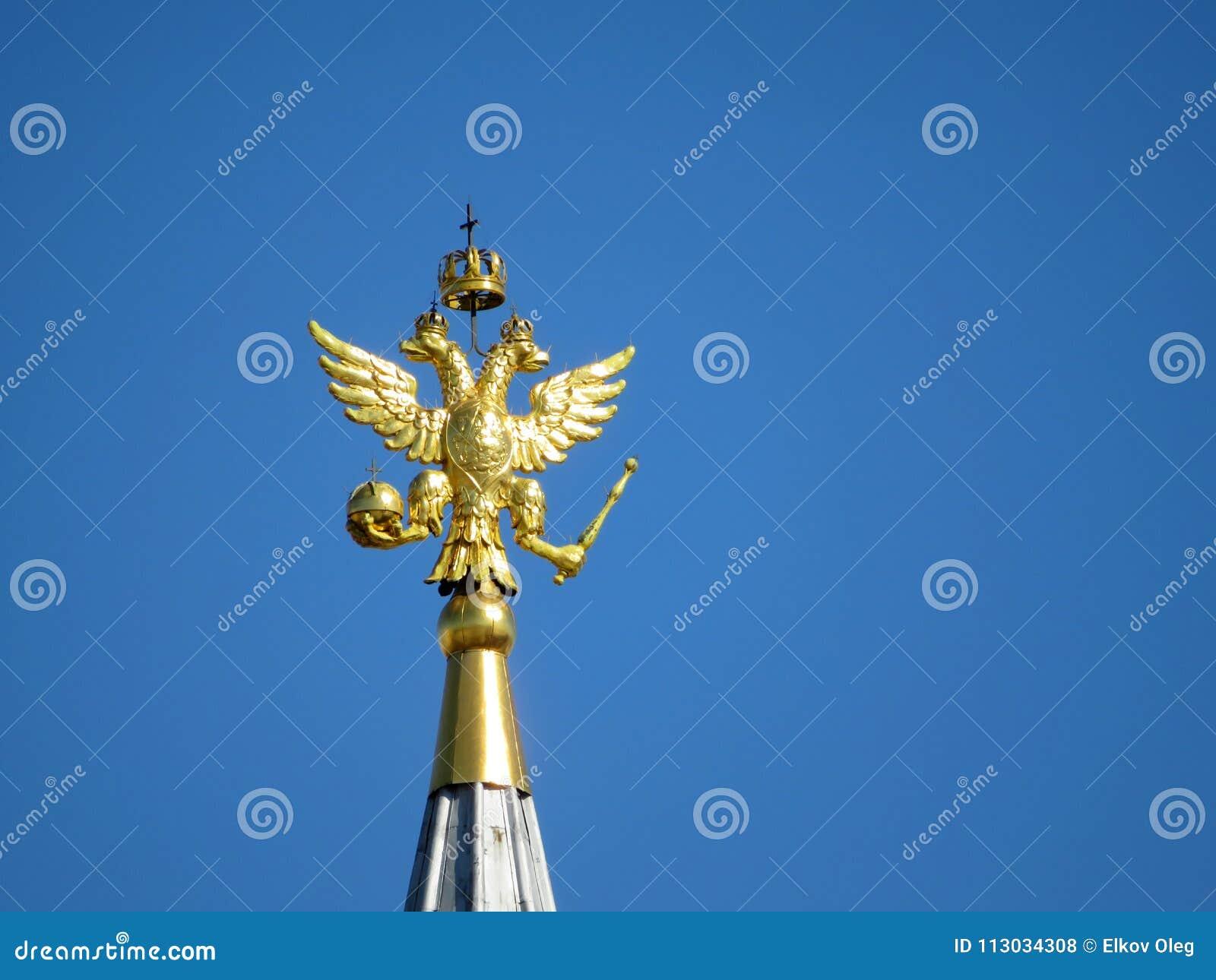 Águila rusa contra un cielo azul claro en cuadrado rojo en Moscú