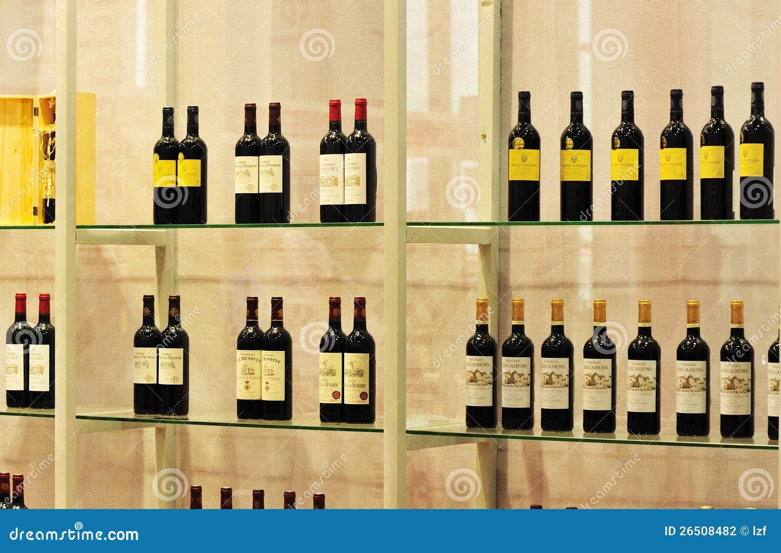 Álcool engarrafado na prateleira