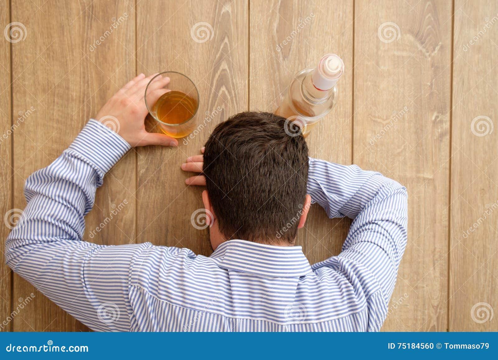 Álcool triste do homem viciado