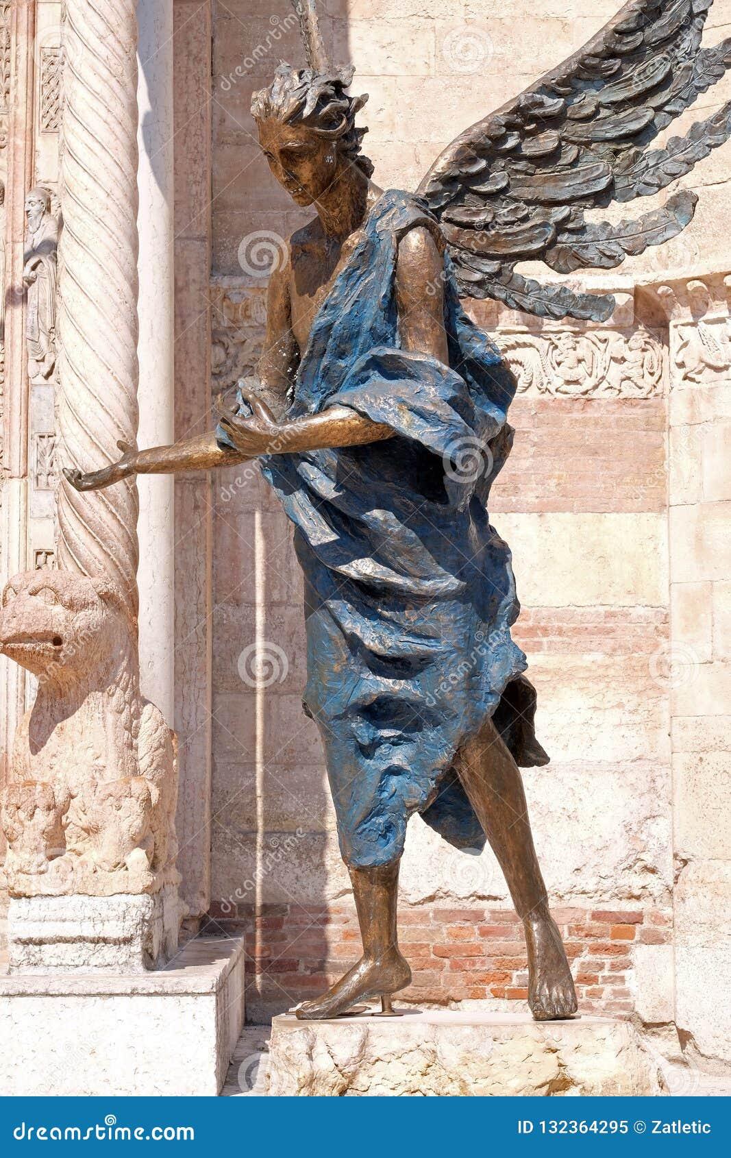 Ángel, catedral dedicada a la Virgen María bendecida bajo designación en Verona