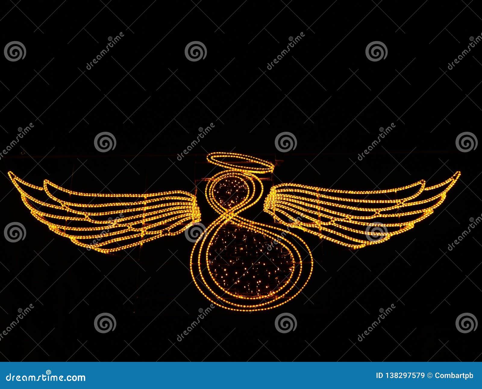 Ángel con las alas hechas de luces en fondo negro