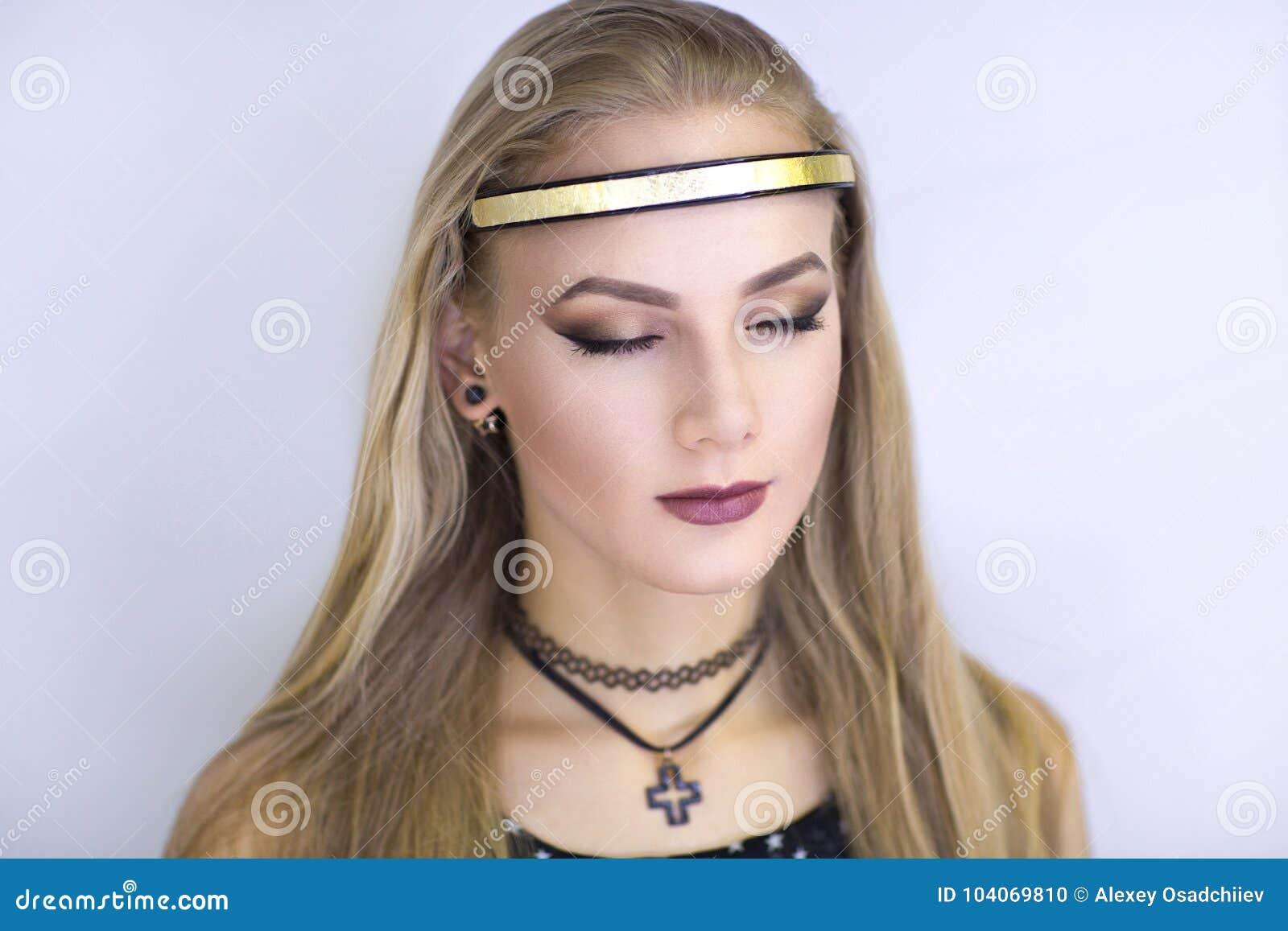 Ángel de la muchacha con nimbo de oro