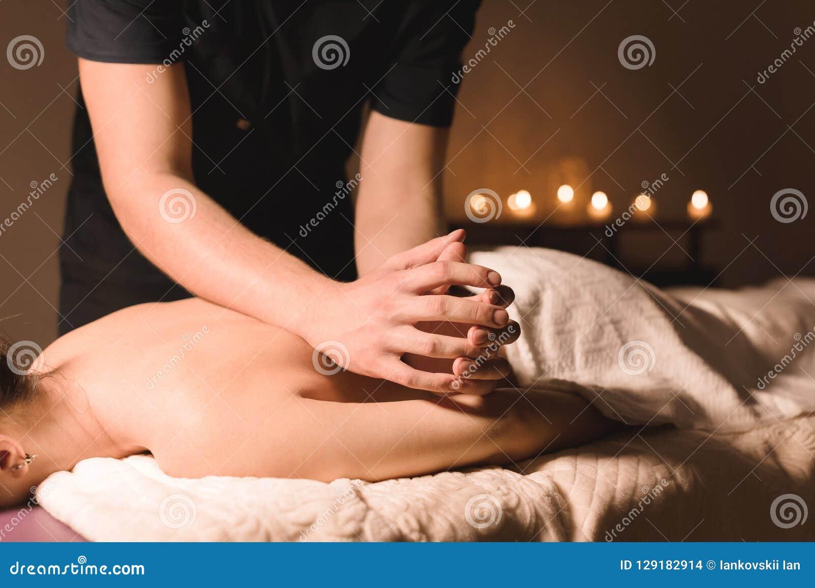 Ángulo bajo del masaje del balneario del primer terapeuta de sexo masculino del masaje que hace una parte posterior y un masaje d