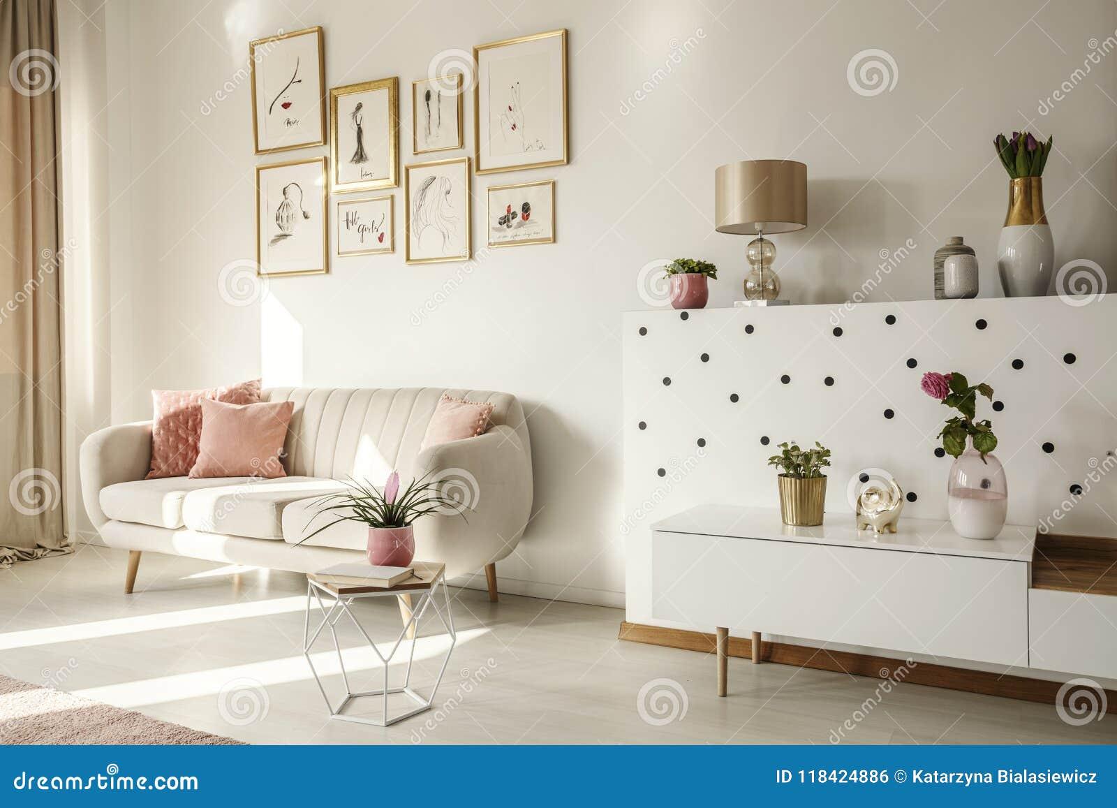 Ángulo lateral de un interior de la sala de estar con el sofá blanco, etiqueta del café