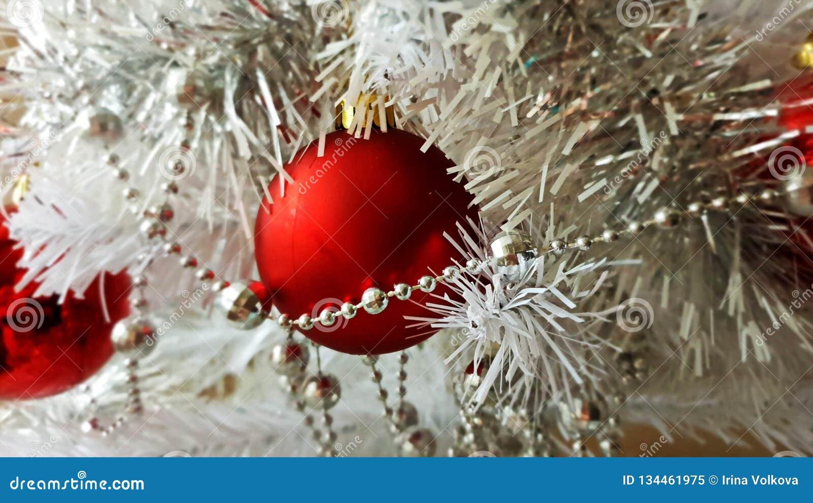 Árbol de la decoración de la Navidad blanca, rojo, oro, plata, bolas blancas guirnalda de plata, luz de la Navidad, decoración, i