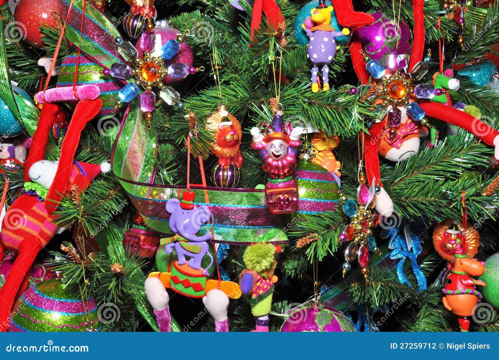 Rbol de navidad adornado con los juguetes de los ni os - Arbol de navidad para ninos ...