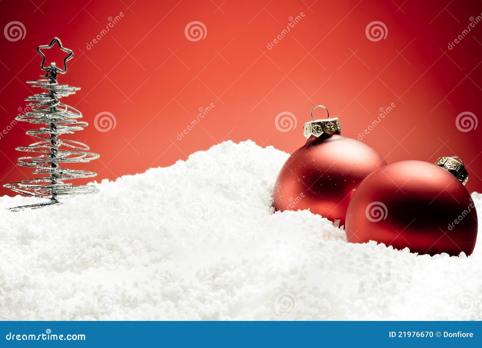 Rbol de navidad cerca de bolas rojas de la decoraci n en for Arbol de navidad con bolas rojas