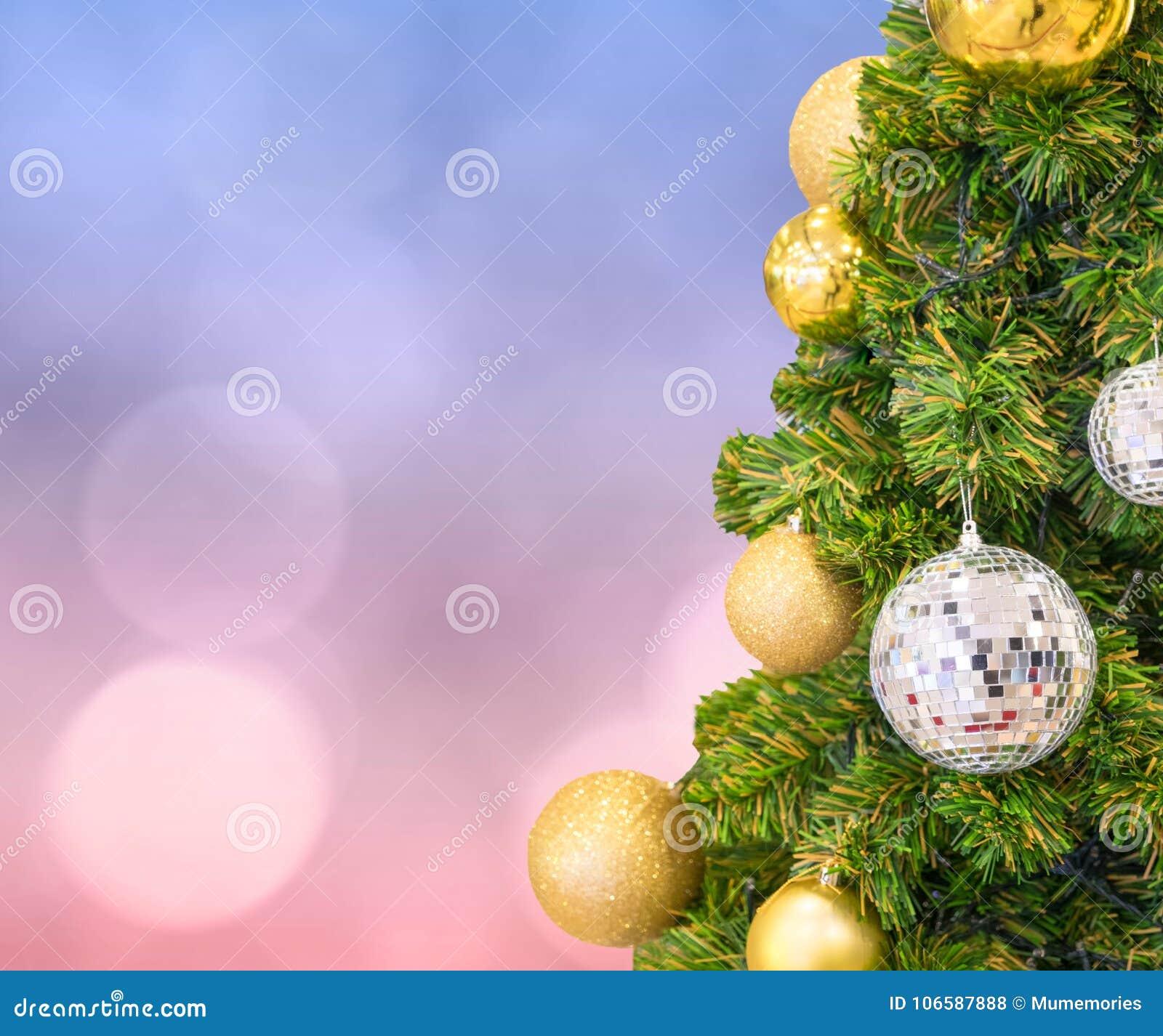 Arbol De Navidad Con La Decoracion De La Bola En Bokeh En Colores
