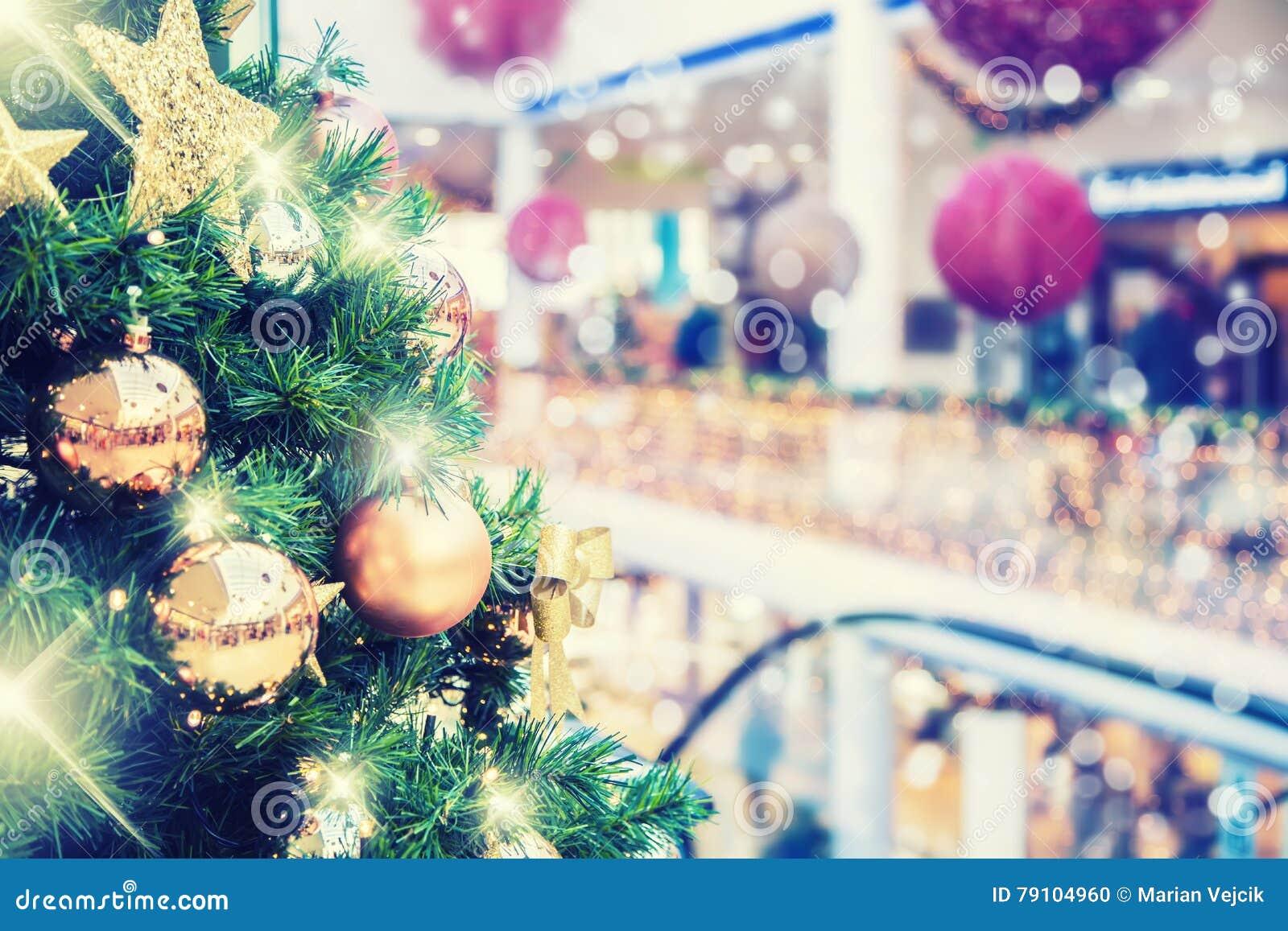 Árbol de navidad con la decoración del oro en alameda de compras