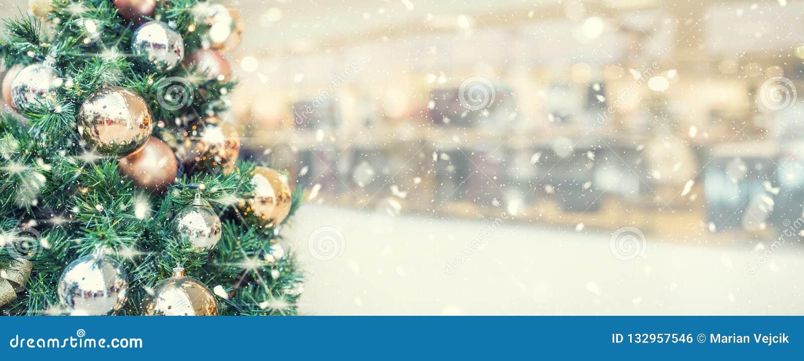 Árbol de navidad con la decoración del oro en el centro comercial - panorámico