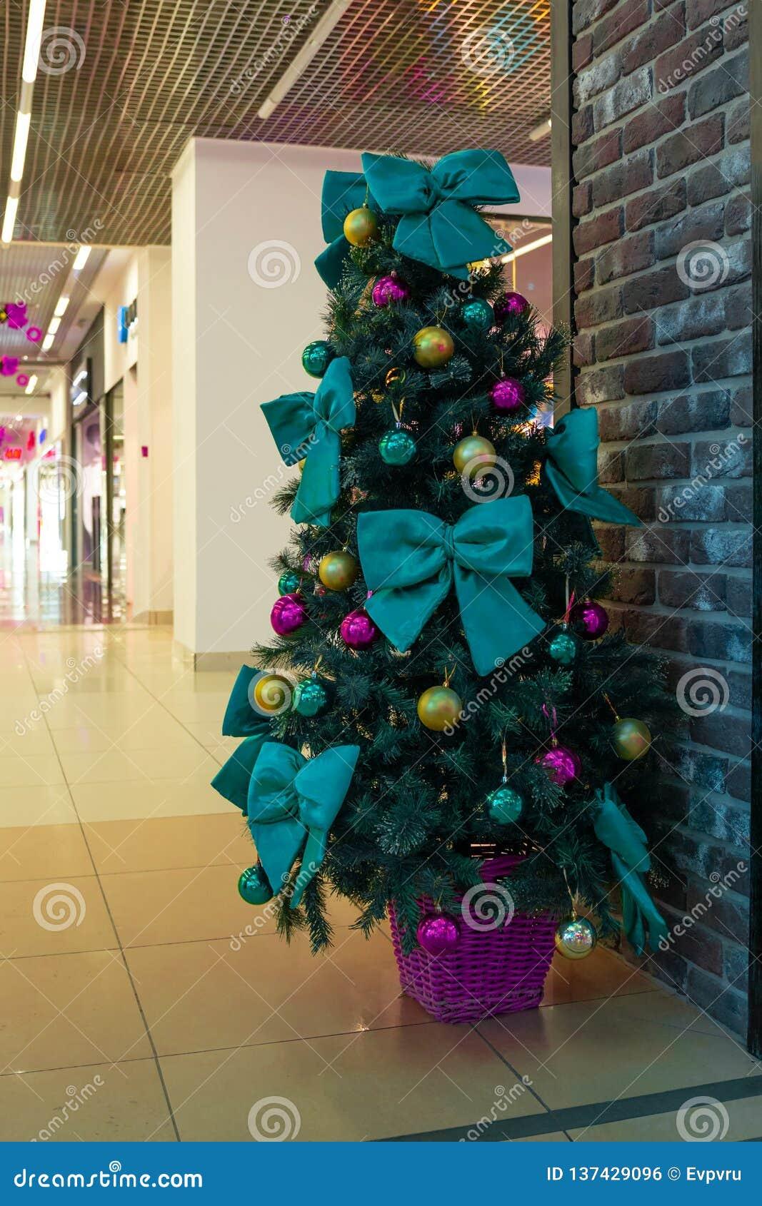 Árbol de navidad con las decoraciones