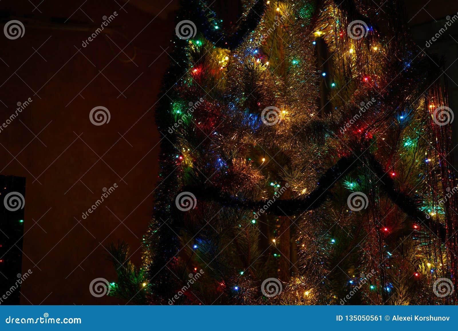 Árbol de navidad con las decoraciones y el primer de la guirnalda