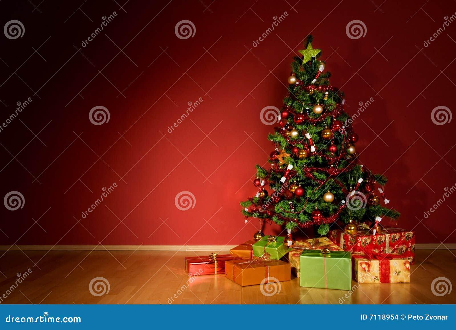 Rbol de navidad con los regalos de la navidad en sitio rojo - Arbol de navidad con regalos ...
