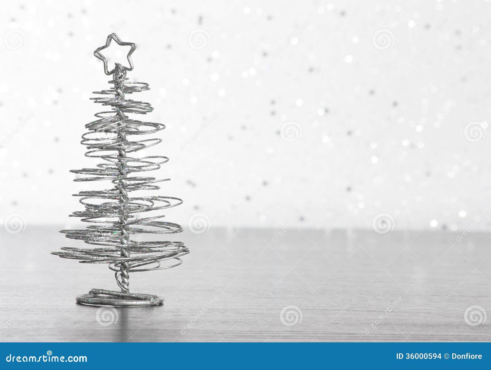 rbol de navidad moderno metlico en la tabla de madera