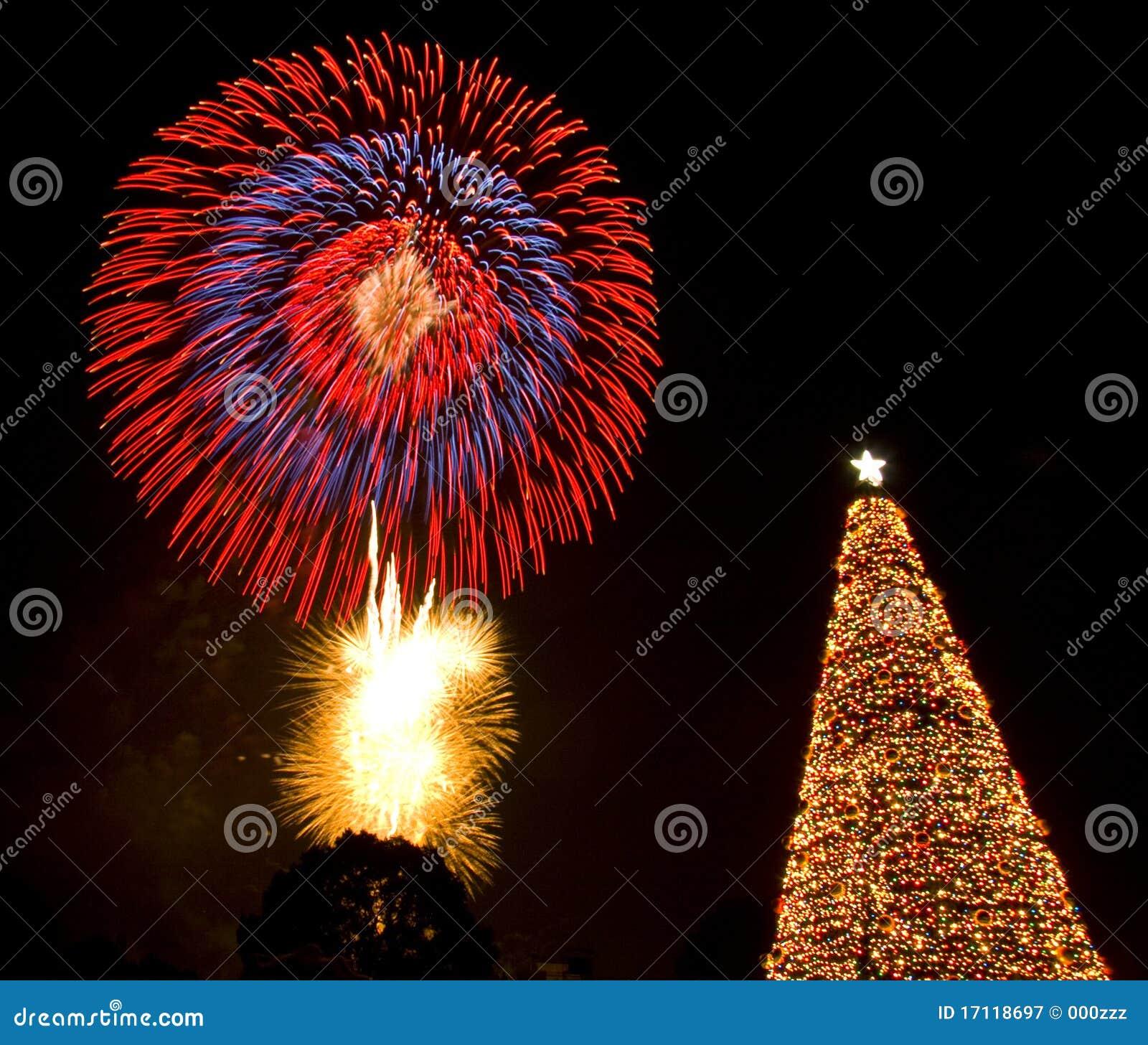 Rbol de navidad y fuegos artificiales fotograf a de - Arboles de navidad artificiales ...
