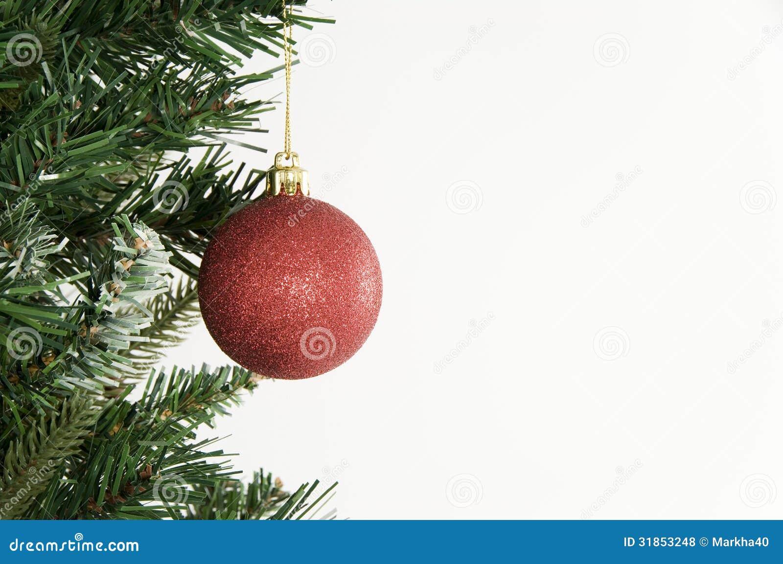 Rbol de navidad y ornamento rojo en el fondo blanco foto - Arbol de navidad blancos ...