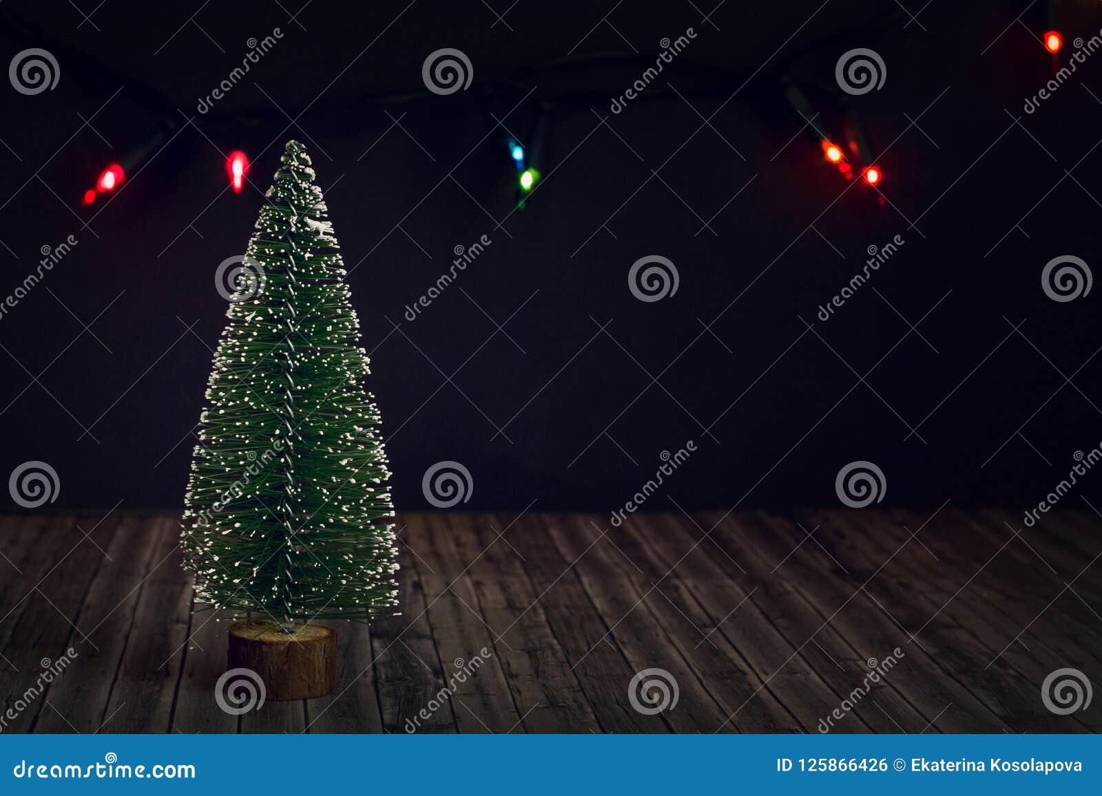 Árbol del Año Nuevo en un fondo oscuro
