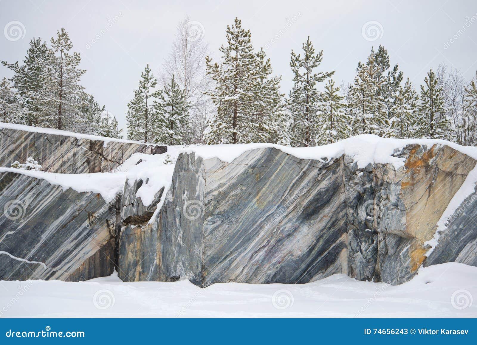 Árboles, creciendo en la mina de mármol de las rocas, día de enero Ruskeala, Karelia